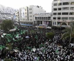 Warga Tepi Barat membanjiri peringatan milad Hamas ke-25 di Hebron, Tepi Barat, 13 Desember 2012. (AP/Nasser Ishtayeh)