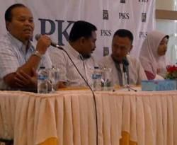 PKS memberikan Award Kejujuran pada Agus Chaerudin, yang telah mengembalikan uang Rp 100 juta yang dia temukan di tempatnya bekerja. (KOMPAS/Imam Prihadiyoko)