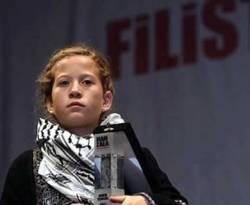 Ahed Tamimi gadis Palestina yang berani menonjok tentara Israel, menerima penghargaan Handala Courage Award. (ROL)