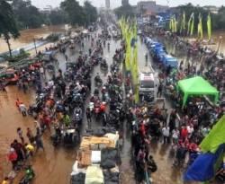 Suasana banjir di Jakarta.  (Antara/Zabur Karur)