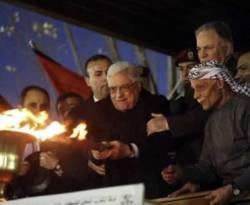 Mahmoud Abbas menyalakan obor memperingati 48 tahun berdirinya gerakan Fatah di kota Ramallah, Tepi Barat, Senin (31/12).(REUTERS/Mohamad Torokman)