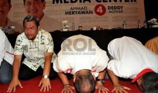 Pasangan Ahmad Heryawan-Deddy Mizwar berserta tim sukses melakukan sujud syukur di Media Center Aher-Deddy, Bandung, Jawa Barat, Ahad (24/2). (Republika/Prayogi)