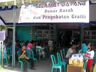 Bakti Sosial pengobatan gratis yang diselenggarakan oleh BSMI dan LMI Tulungagung bekerja sama dengan BPR Nusamba yang dilaksanakan pada hari Ahad (17/02/13) di Ngunut Tulungagung. (Hasan Safari)
