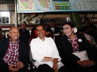 Jokowi dan pasangan Rieke-Teten. (detikcom)