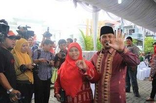 Pelaksana Tugas (Plt) Gubernur Sumatera Utara (Sumut) Gatot Pujo Nugroho yang juga merupakan cagub dalam Pilgub Sumut 2013, memberikan hak suaranya di kawasan sekitar rumah pribadi di Medan. Dia datang ke TPS bersama istri dan empat anaknya, Kamis (7/3/2013) pagi. (detikcom)