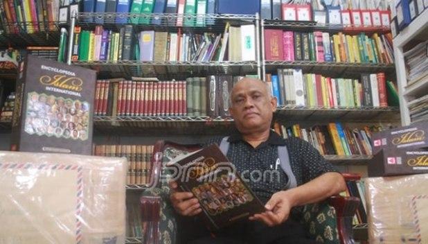 Iwan Gayo dan buku kebanggaannya yang siap diekspor. (Bayu Putra/JAWA POS)