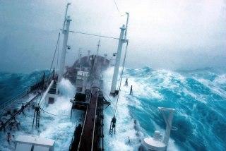 Ilustrasi - Kapal laut menerjang ombak dan badai. (inet)