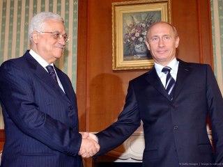 Foto ketika Presiden Rusia Vladimir Putin (kanan) bertemu dengan Presiden Palestina Mahmoud Abbas (kiri), pada tanggal 15 Mei 2006. di Rusia. (Getty Images)