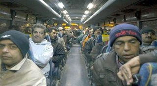 Warga Palestina dalam bus (AFP/okezone)