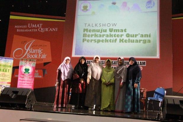 "Talkshow ""Menuju Umat Berkarakter Qur'ani Perspektif Keluarga"" saat Islamic Book Fair 2013, Istora Gelora Bung Karno, Senayan Jakarta, Selasa (5/3). (mahdi)"