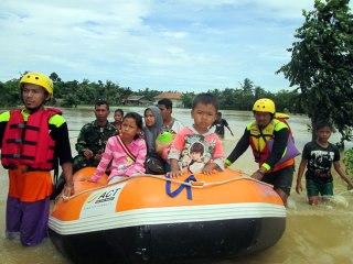 Relawan ACT melakukan evakuasi korban banjir luapan sungai Bengawan Solo, Sabtu (13/4/2013). (Dok ACT)