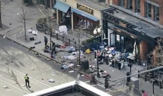 Salah satu dari dua lokasi ledakan di Boylston Street dekat garis finis Maraton Boston 2013 yang digelar Senin (15/4/2013) sedang dinvestigasi dan dijaga oleh polisi.