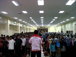 Training oleh Friends Club (FC) Batam untuk mewujudkan UN berkualitas, Sabtu (6/4/2013), di gedung Lembaga Adat Melayu (LAM), Batam. Dihadiri oleh 1.000 pelajar SMA maupun SMP kota Batam. (Puri Suryani)