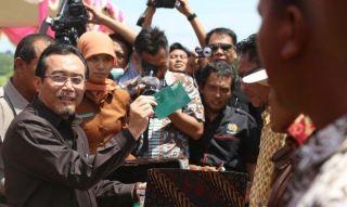 Menteri Pertanian RI Suswono menyerahkan bantuan pemerintah untuk mencetak sawah baru kepada para petani Sumbawa. Penyerahan dilakukan di Dusun Jombong, Desa Muer, Kecamatan Plampang, Sumbawa, Sabtu 6/4) siang
