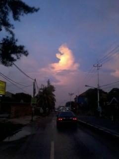 Foto (asli) dari foto awan menyerupai orang berdoa. (kaskus.co.id / allucardboy)
