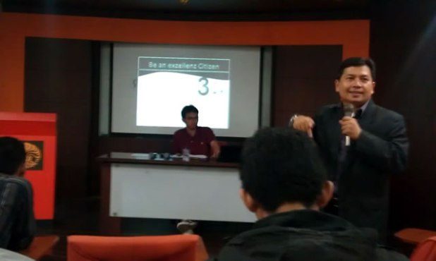 """Manusia akan mengikuti kita apabila disentuh hatinya,"" kata Dipl. –Ing. H.R Agoeng H Wibowo MSc. ME dalam acara yang bertajuk ""Megapolitan Leadership Forum"" yang diadakan oleh Forum Silaturahim Lembaga Dakwah Kampus se-Jakarta Depok Bekasi (FSLDK Jadebek) di gedung C FISIP UI, Depok, Sabtu (11/5). (Muhammad Sholich Mubarok)"