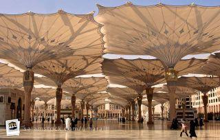 Halaman Masjid Nabawi saat payung terbuka (inet)