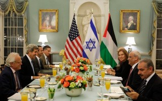 Menteri Luar Negeri AS John Kerry (kedua dari kiri) menyelenggarakan makan malam terbuka untuk Menteri Kehakiman Israel Tzipi Livni (ketiga dari kanan) dan Kepala negosiator Palestina Saeb Erekat (kedua dari kanan) di Departemen Luar Negeri di Washington, Senin (29/7) waktu setempat. (Reuters/Yuri Gripas)