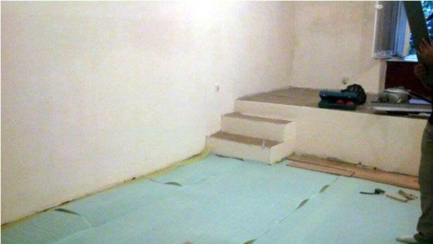 pemasangan lapisan khusus di lantai agar ruang lebih hangat. (Bidadari Azzam)