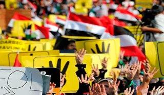 Demonstran dengan membawa simbol 4 jari untuk mengenang peserta aksi demonstrasi damai di lapangan Rab'ah Al-Adawiyah Mesir yang dibantai oleh militer dan polisi pemerintahan kudeta Mesir, Rabu (14/8/2013). Pada peristiwa tersebut ribuan orang syahid. Simbil ini diprakarsai oleh PM Turki Recep Tayip Erdogan. (worldbulletin.net)