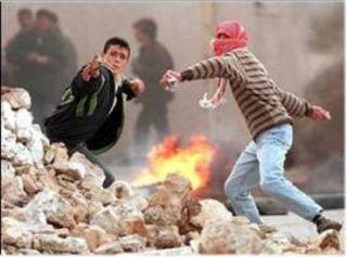 Para pemuda Palestina tak gentar hadapi Israel walau hanya bersenjatakan batu (intifadah)