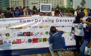 Pengumpulan tanda tangan dukungan pada deklarasi Gerakan Nasional Anti Miras di Bundaran HI, Minggu 1/9/13 (foto: tbn)