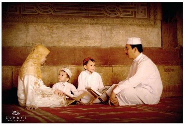 Abdul Hayyi Alkattani bersama Istri dan Anak-Anaknya di Masjid Sultan Hasan. (ist)