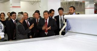 Gubernur Ahmad Heryawan dalam Kunjungan ke sebuah pabrik tekstik di Istanbul, Turki. Jum'at, 25/10/13 (foto:ahermediacenter.com)