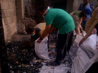 Muhammad Idrus saat membantu korban kebakaran