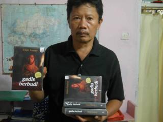 """Irzen Hawer, memperlihatkan novel terbarunya """"Gadis Berbudi"""" (2013)"""