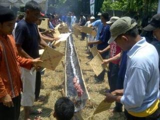 Rekor 10 meter sate klatak, dalam acara 'Nyate Bareng Wali dan THK Dompet Dhufa', di desa Jampang, Parung, Bogor (foto: DD