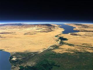 Terusan Suez yang menghubungkan antara Laut Tengah dan Laut Merah (inet)