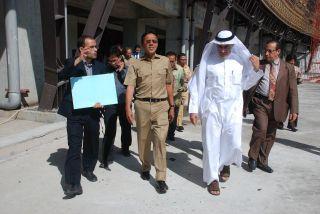 Dubes Arab Saudi Mustafa Ibrahim dan Gubernur Sumbar Irwan Prayitno saat meninjau pembangunan Masjid Raya Sumbar. Selasa,26/11 (Foto:humas sumbar)