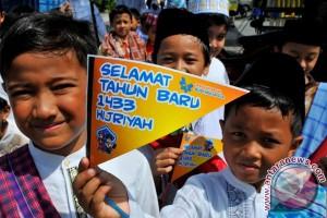 Pawai Satu Muharram Sejumlah siswa SD dengan menggunakan busana tradisional mengikuti pawai 1 Muharram di Gorongan, Condong Catur, Depok, Sleman, DI Yogyakarta. (FOTO ANTARA/Wahyu Putro A)