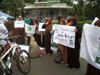 KAMMI Jakarta dukung polwan berjilbab (foto: Anisa Prasetyo Ningsih/dakwatuna).