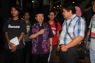 Pengurus FAM Wilayah Sumatera Barat bersama penyair Taufiq Ismail, Senin (30/12) malam, di Taman Budaya Padang. Dalam rangka pergantian tahun, FAM menggelar Konser Baca Puisi Akhir Tahun, Selasa (31/12). (Foto: Ist.)