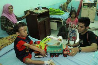 Adit (7) bocah korban kekerasan orangtuanya kondisinya mulai berangsur membaik setelah mendapatkan perawatan intensif di RSUD Bangkinang, Kampar. Dahniar (jilbab pink). (Foto: Riau Pos)