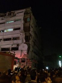 Bagian atas gedung Mapolwil Daqhaliya terlihat lebih rusak dari bagian bawahnya (elshaab)