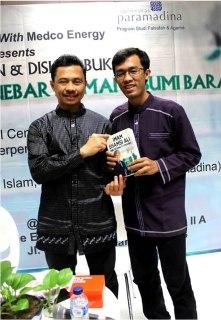 """Penulis bersama Imam Shamsi Ali pada acara launching buku """"Menebar Damai di Bumi Barat"""" (Irhamni Rofiun)"""