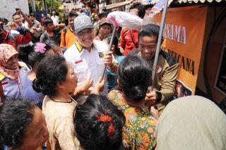 Ketua Umum DPW PKS DKI Jakarta Selamat Nurdin saat mengunjungi korban banjir di Rawajati Kalibata Selasa, 14/1/14 (Foto: pks)