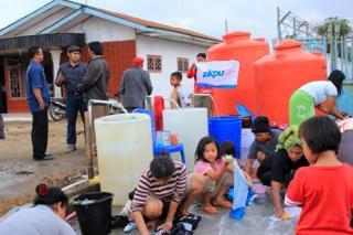 Bantuan Air Bersih Untuk pengungsi gunung sinabung (Foto: pkpu)