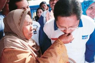 Ibunda Anas, Sriyati (Foto: lampost)