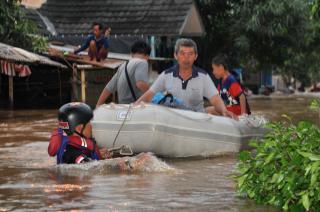 Evakuasi Korban Banjir Muara Gembong Oleh Tim Rescue PKPU Rabu, 15/1/14 (Foto: pkpu)