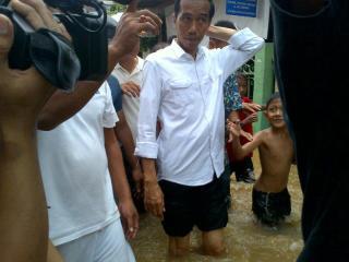 Gubernur DKI Jakarta, Joko Widodo saat meninjau lokasi banjir. (Foto: itoday.co.id)