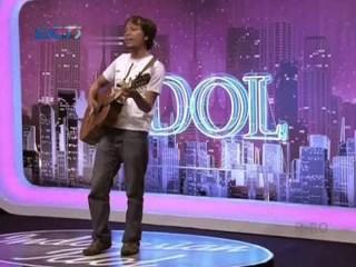 Pujiono, ketika tampil di Indonesian Idol dengan lagu ciptaannya 'Manisnya Negeriku' (foto: kotajogja.com)