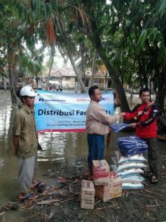 Pembagian Family Kits Bagi Korban Banjir di Tangerang. kerjasama PKPU dengan Jamkrindo, Senin (3/2) (Foto: pkpu)