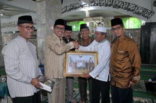 Gubernur Irwan Prayitno saat menghadiri acara dialog keumatan di masjid Jami' Agung Nagari Guguk Panjang Bukittinggi, Minggu (23/2) - Foto: Humas Sumbar