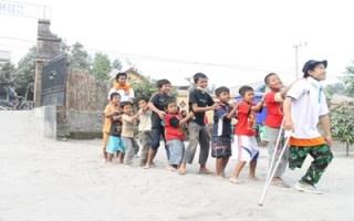 Relawan RZ menghadirkan keceriaan bagi anak-anak pengungsi Erupsi Kelud, Senin (17/2) - Foto: RZ