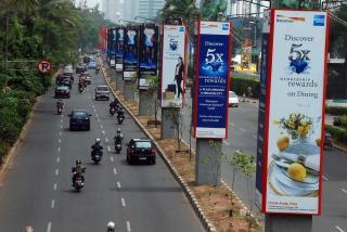 Tiang monorel di Kawasan Senayan, Jakarta, beralih fungsi menjadi tiang iklan/Jibiphoto