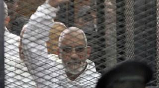 Mursyid 'Am IM, Prof. Muhammad Badie, di balik jeruji terdakwa di pengadilan (arsip aljazeera)